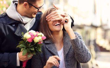 Couple avec un bouquet de fleurs