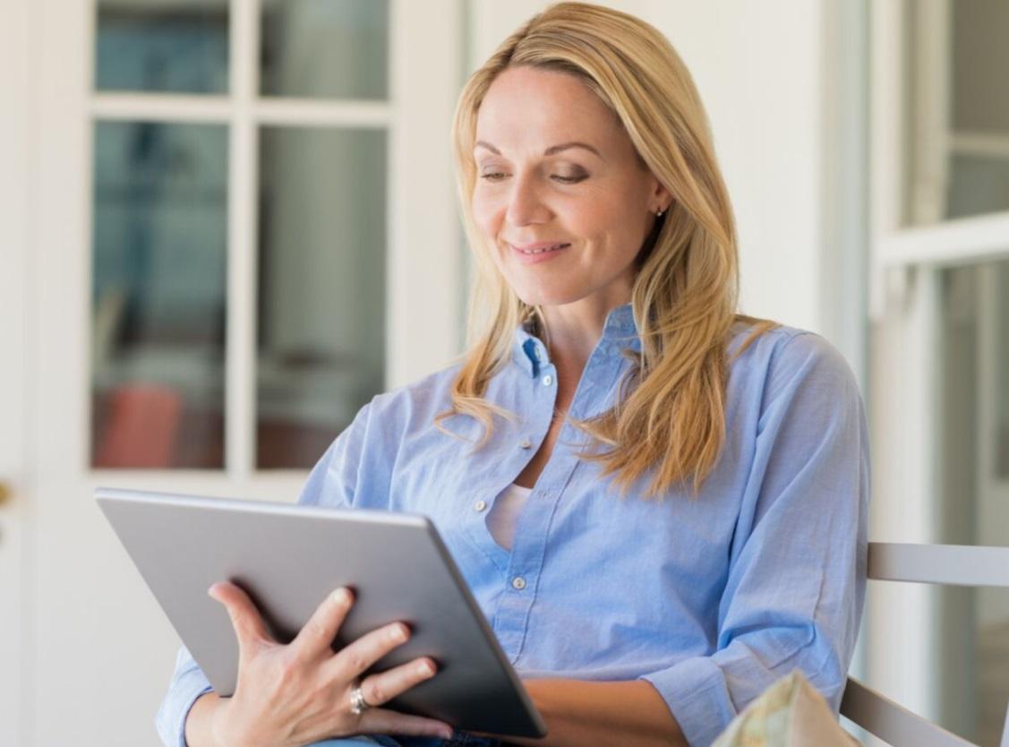 Femme devant une tablette