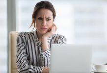 Femme perplexe devant un ordinateur