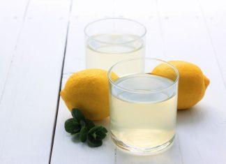 Verres de jus de citron