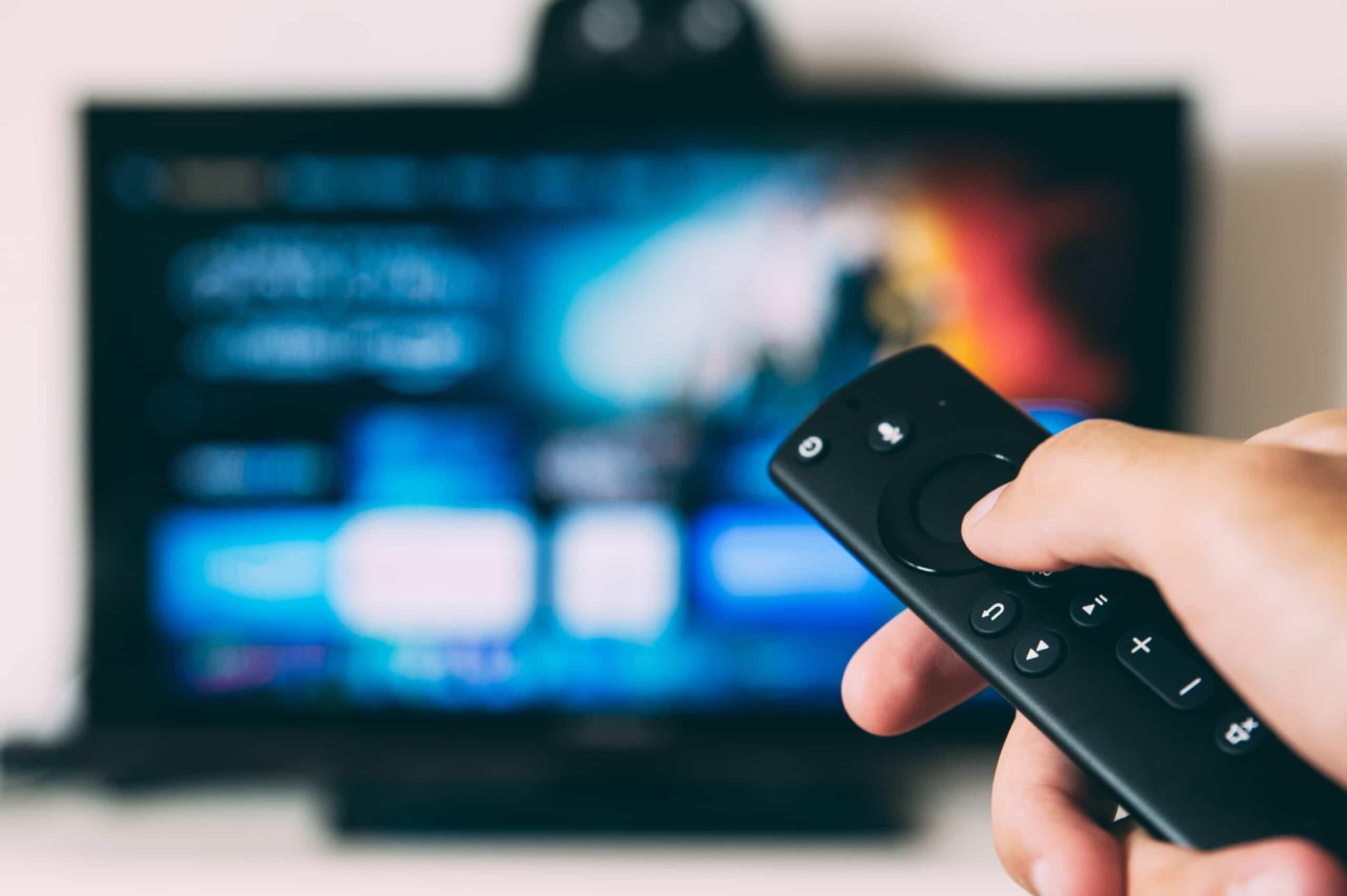 Télécommande devant télé