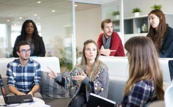 reunion entreprise hommes femmes discours ordinateur présentation